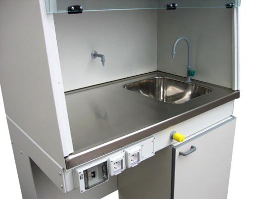Piano di lavoro in acciaio con una vasca